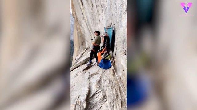 Una aventurera se columpia con una cuerda desde un acantilado del Parque Nacional de Yosemite