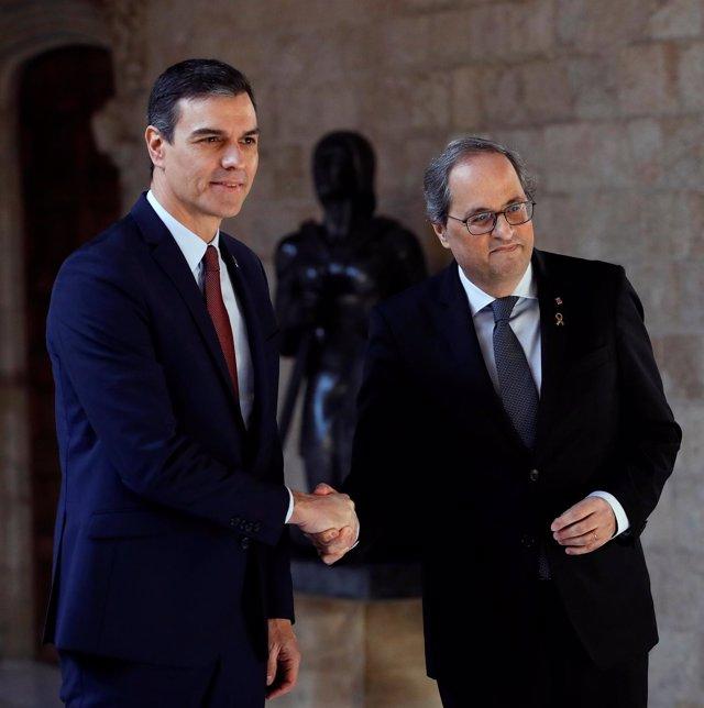 Archivo - El presidente de la Generalitat, Quim Torra (dehc) y el presidente del Gobierno, Pedro Sánchez (izq), posan juntos en el Palau de la Generalitat, antes de su reunión, en Barcelona, a 6 de febrero de 2020.
