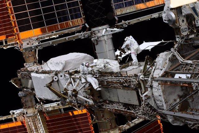 Astronautas en el exterior de la Estación Espacial Internacional