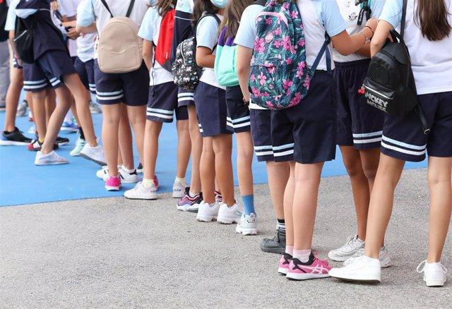 Un grupo de niños esperan a entrar en el colegio.- Archivo