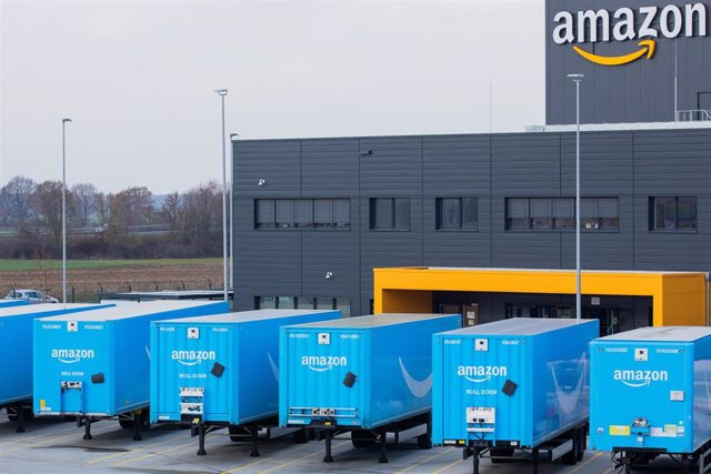 Archivo - 08 December 2020, North Rhine-Westphalia, Moenchengladbach: Trucks bearing the Amazon logo stand in front of a logistics centre of the mail-order company Amazon. Photo: Rolf Vennenbernd/dpa