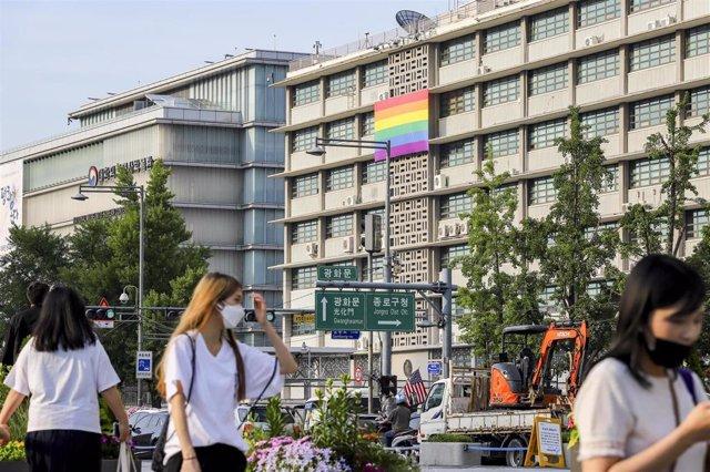 Bandera arcoiris en la fachada de la Embajada de Estados Unidos en Seúl.