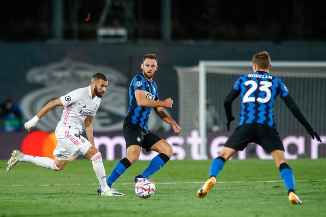 Archivo - Karim Benzema of Real Madrid and Marcelo Brozovic of Inter in action during the UEFA Champions League, Group B, football match played between Real Madrid and FC Internazionale Milano at Alfredo Di Stefano stadium on November 03, 2020, in Valdebe
