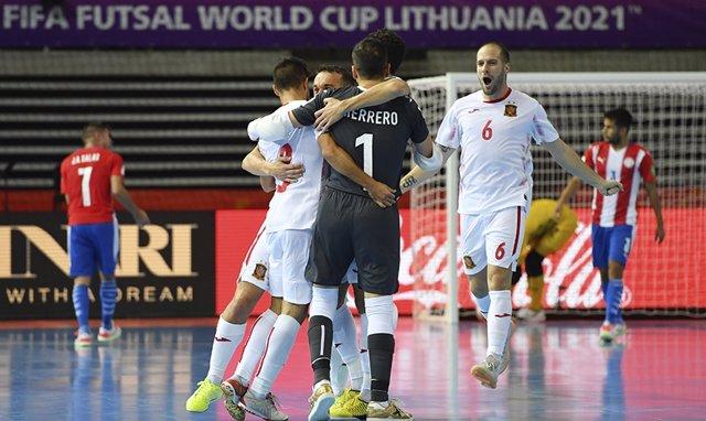 Los jugadores de la selección española de fútbol sala celebran uno de sus goles de la victoria ante Paraguay en el Mundial de Lituania 2021