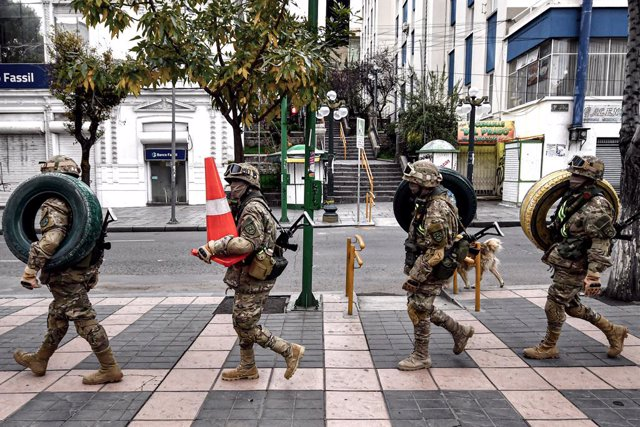 Archivo - 27 March 2020, Bolivia, La Paz: Bolivian army members walk through a street as part of the government plan to declare an emergency law through the country, amid the spread the coronavirus (COVID-19). Photo: Christian Lombardi/ZUMA Wire/dpa