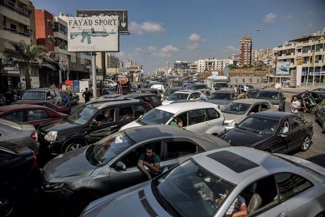 Archivo - Vehículos hacen cola frente a una gasolinera en Beirut mientras soldados del Ejército supervisan la entrada para frenar el acaparamiento de combustible
