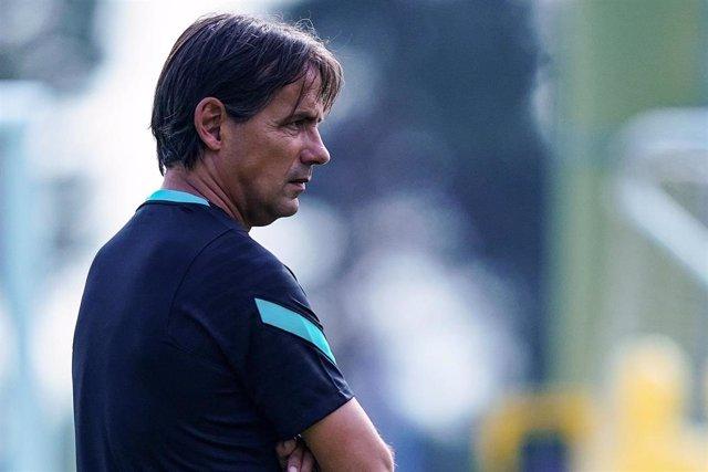 El entrenador del Inter de Milán, Simone Inzaghi, observa un entrenamiento en Appiano Gentile
