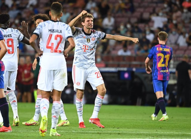 14 September 2021, Spain, Barcelona: Munich's Thomas Mueller (R) celebrates scoring his side's first goal with teammates during the UEFA Champions League group E soccer match between FC Barcelona and Bayern Munich at Camp Nou Stadium. Photo: Sven Hoppe/dp