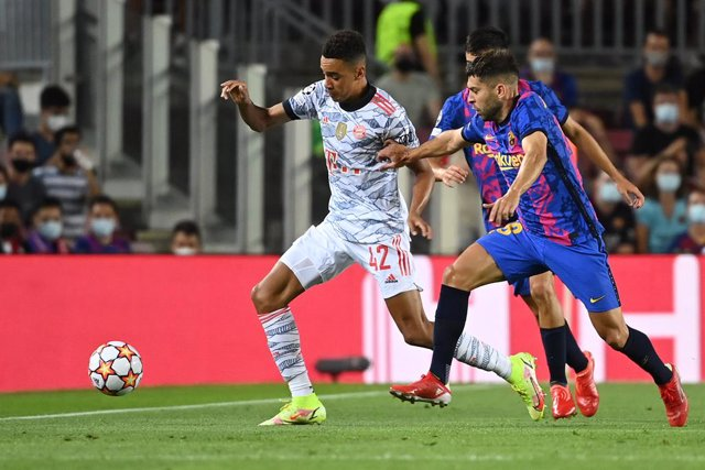 14 September 2021, Spain, Barcelona: Munich's Jamal Musiala (L) and Barcelona's Jordi Alba battle for the ball during the UEFA Champions League group E soccer match between FC Barcelona and Bayern Munich at Camp Nou Stadium. Photo: Sven Hoppe/dpa