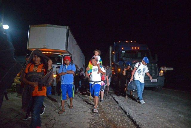 Caravana de migrantes intenta cruzar México de camino a Estados Unidos.