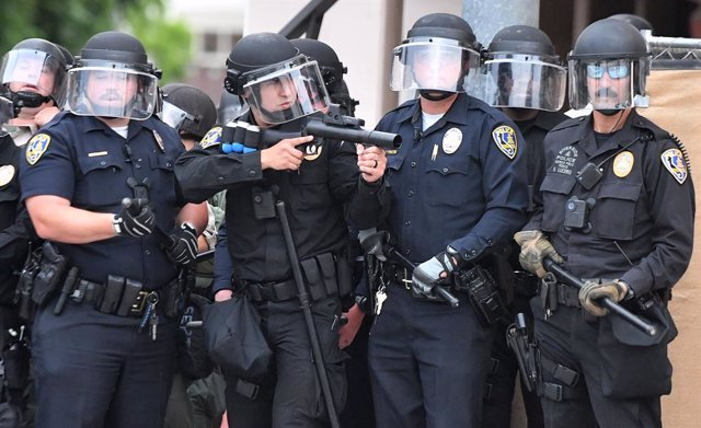 Archivo - 01 June 2020, US, Riverside: Riverside law enforcement officers prepare to clash with protesters during a protest following the violent death of the African-American George Floyd by a white policeman in Minneapolis. Photo: Will Lester/Orange Cou