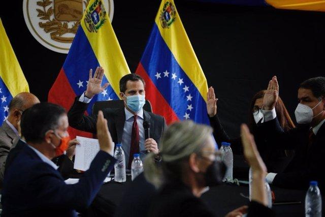 Archivo - Juan Guaidó participa en una reunión