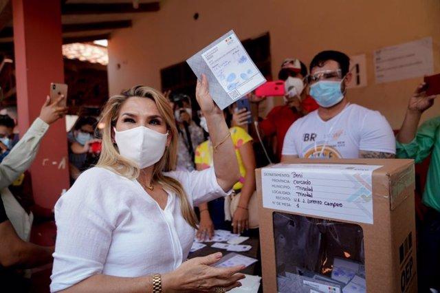 Archivo - La expresidenta interina de Bolivia, Jeanine Áñez, antes de emitir su voto en las elecciones generales --presidenciales y legislativas-- del 18 de octubre de 2020