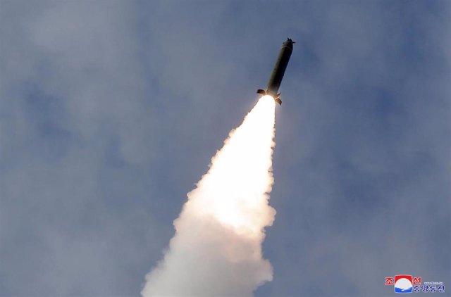 Archivo - Una foto publicada por la Agencia Central de Noticias de Corea del Norte (KCNA) muestra el lanzamiento de un misil desde un lugar desconocido