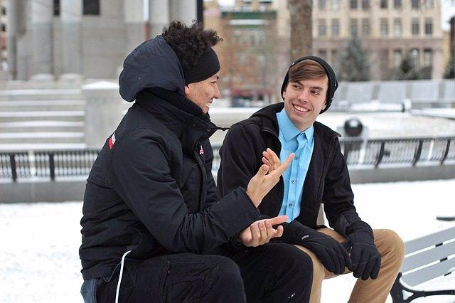 Archivo - Amigos conversando. Conversación, hablar. Invierno.