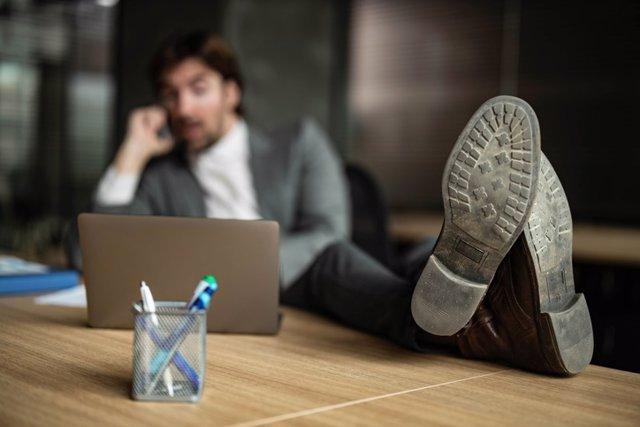 Archivo - Primer plano de la suela de los zapatos de un hombre de negocios relajado en la oficina.