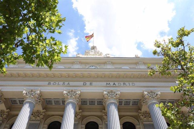 Archivo - Fachada del Palacio de la Bolsa de Madrid, a 27 de julio de 2021, en Madrid, (España). El Ibex 35 cotizaba en los 8.700,9 puntos a las doce del mediodía, con una caída del 0,85% y la mayoría de sus valores en negativo. La jornada está marcada de