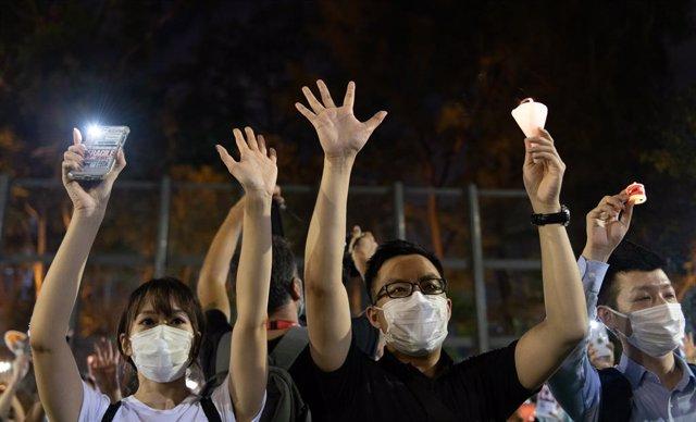 Archivo - Manifestantes en el parque Victoria de Hong Kong en una vigilia por las víctimas de la masacre de Tiananmen