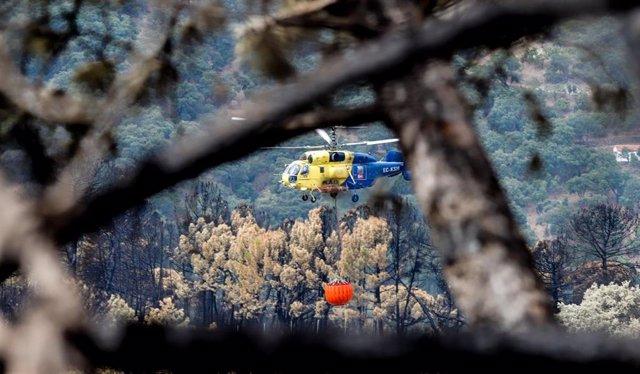 Helicóptero contra incendio en la zonas quemadas por el incendio de Sierra Bermeja, en el área de Puerto de Peñas Blancas a 14 de septiembre 2021 en Estepona (Málaga) Andalucía