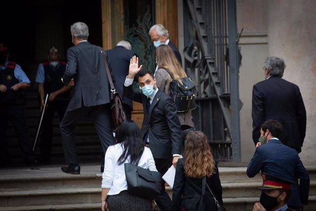 El conseller de Empresa y Trabajo de la Generalitat, Roger Torrent, saluda a su llegada Tribunal Superior de Justicia de Cataluña para declarar por presunta desobediencia, a 15 de septiembre de 2021, en Barcelona, Cataluña, (España). El conseller está cit