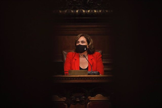 La alcaldesa de Barcelona, Ada Colau, en el pleno extraordinario de este miércoles para aprobar la ciudad de forma definitiva la ciudad como área de mercado de vivienda tensa y formalizar la renuncia de Manuel Valls.