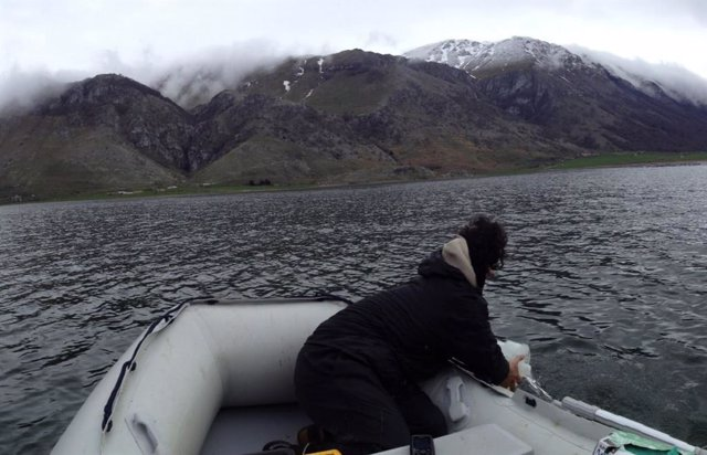 Los investigadores rastrean las aguas superficiales de un lago europeo en busca de contaminación por plástico y fibras.