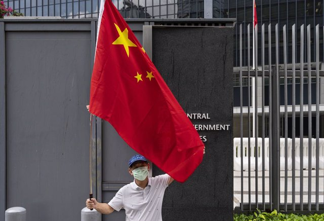 Archivo - 31 March 2021, China, Hong Kong: A pro-Hong Kong Government supporter holds the China flag as he takes part in a gathering outside the Hong Kong government headquarters building to show their support to the government's policy of reforming the e