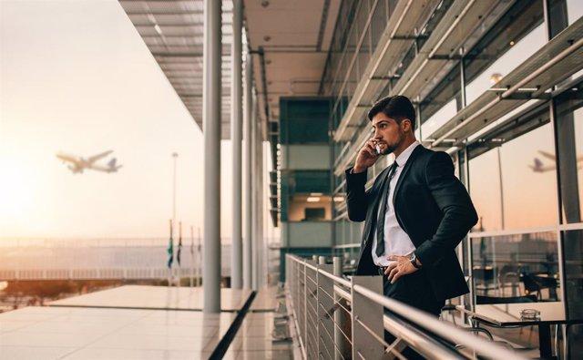 Archivo - Hombre de negocios en un aeropuerto realizando una llamada telefónica