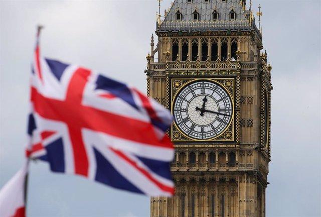 Archivo - Bandera de Reino Unido con el Big Ben de fondo.