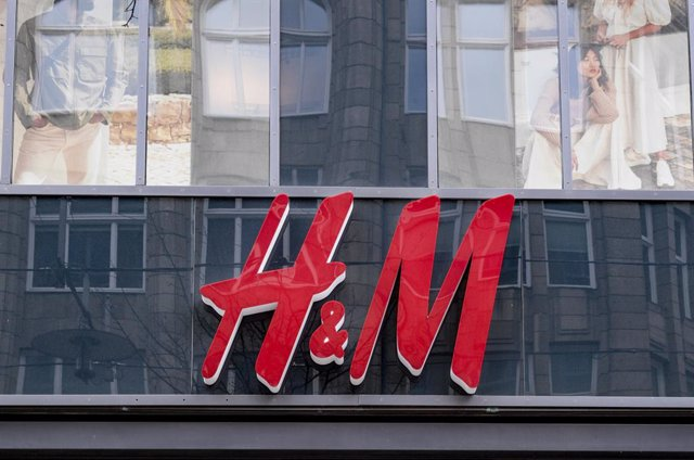 Archivo - FILED - 01 April 2020, Hamburg: The logo of the clothing chain Hennes and Mauritz (H&M) can be seen above the entrance of the department store in downtown Hamburg. Swedish clothing retailerHennes& Mauritz (H&M) on Friday reported a second quar