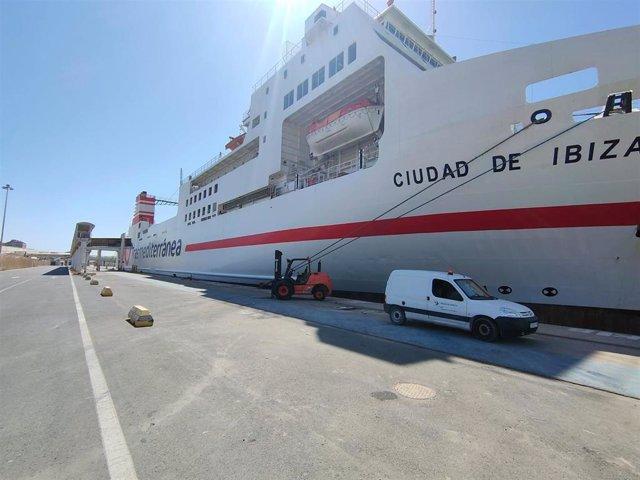 El ferri Ciudad de Ibiza de Acciona Trasmediterránea se abastece de energía eléctrica en el Puerto de Almería.