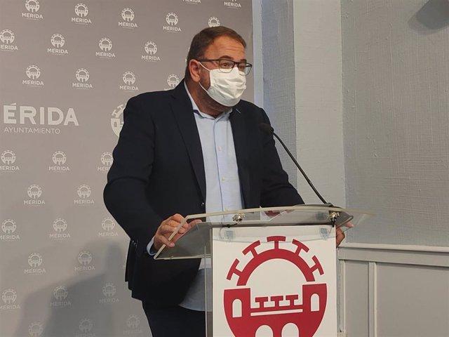Antonio Rodríguez Osuna, en una rueda de prensa en el ayuntamiento de Mérida.
