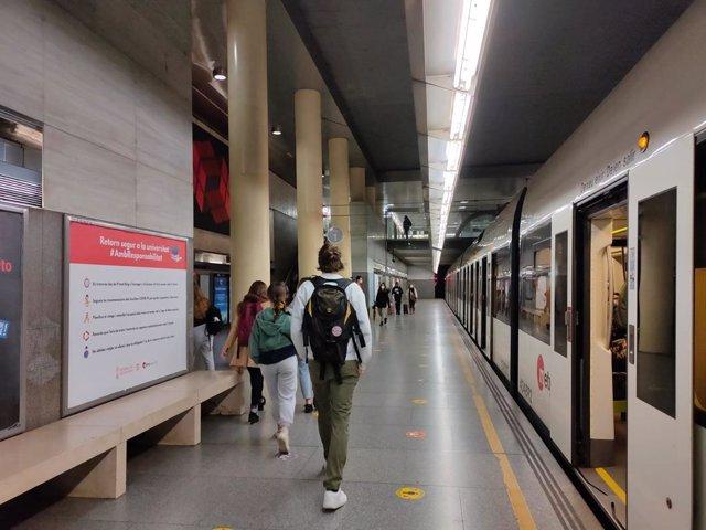 Archivo - Arxiu - Estudiants en una parada de metro