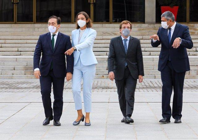 El ministro de Asuntos Exteriores, José Manuel Albares; la ministra de Industria, Reyes Maroto; el alcalde de Madrid, José Luis Martínez-Almeida, y el secretario general de la OMT, Zurab Pololikashvili, frente al Palacio de Congresos