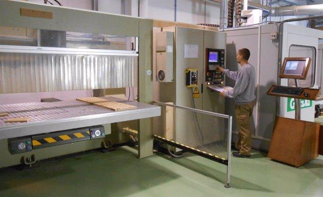 Desarrollo del curso de 'Mecanizado de piezas de madera y derivados con centros de control numérico' en la Escuela de la Madera de Encinas Reales.