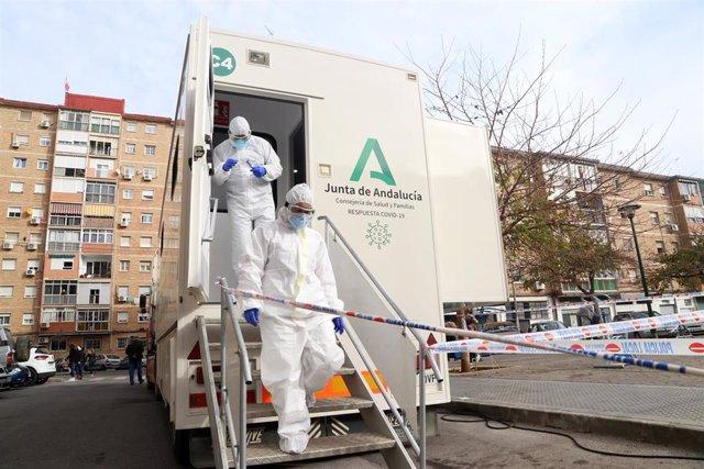 Archivo - Sanitarios de la Junta de Andalucía, preparados para  hacer los test rápidos de antígenos PCR (archivo)