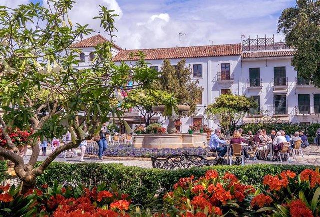Archivo - Turistas en Estepona