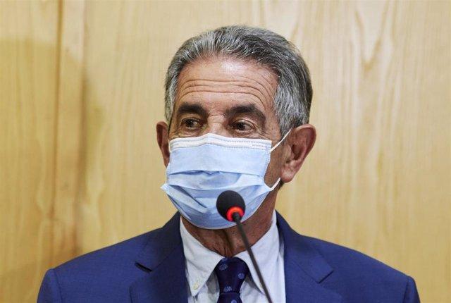 Archivo - El presidente de Cantabria, Miguel Ángel Revilla, interviene en una rueda de prensa