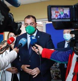 El presidente Adrián Barbón atiende a los medios de comunicación en Ribadesella.