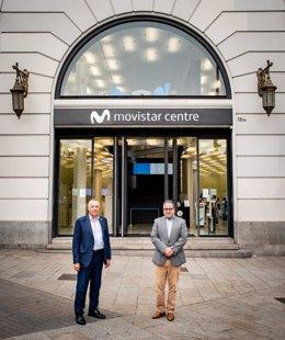 Pere Navarro y José Manuel Casas, frente al Movistar Centre de la plaza Catalunya de Barcelona.