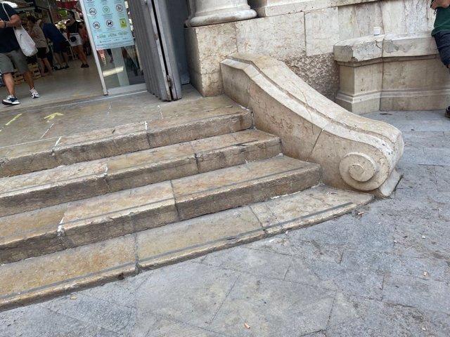 Imagen de las escaleras del Mercado Central de València eliminadas.