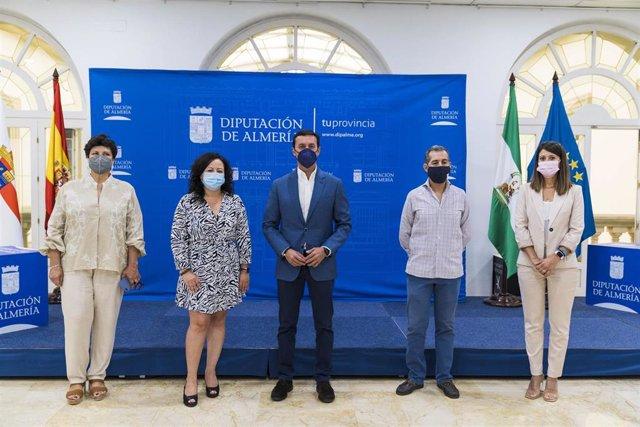 El presidente de Diputación, Javier Aureliano García, firma un convenio con el Colegio de Graduados Sociales.