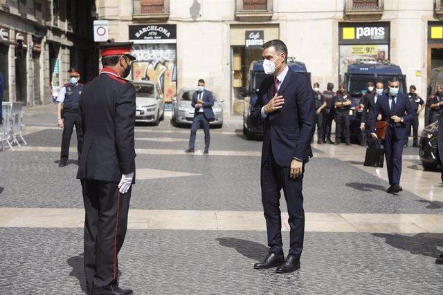 El president del Govern central, Pedro Sánchez, saluda el major dels Mossos d'Esquadra Josep Lluís Trapero abans de la reunió amb el president de la Generalitat, Pere Aragonès, al Palau de la Generalitat
