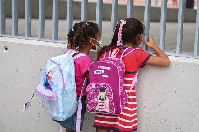 Dos niñas a las puertas del colegio Les Arts, de reciente construcción, durante el primer día del curso escolar 2021-2022 en la Comunidad Valenciana