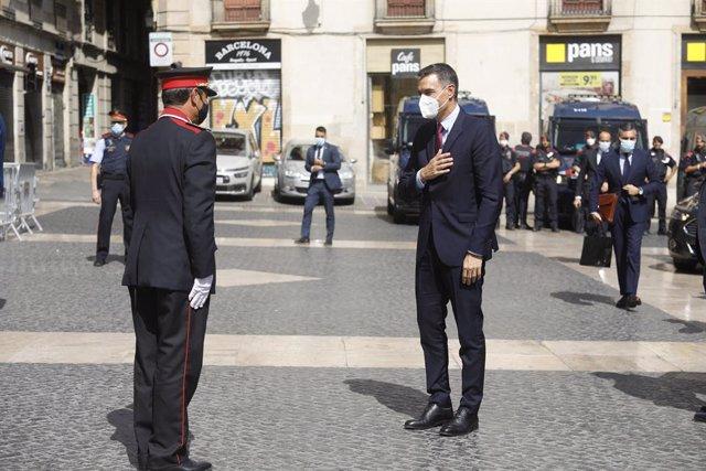El major dels Mossos d'Esquadra, Josep Lluís Trapero, rep el president del Govern central, Pedro Sánchez, al Palau de la Generalitat