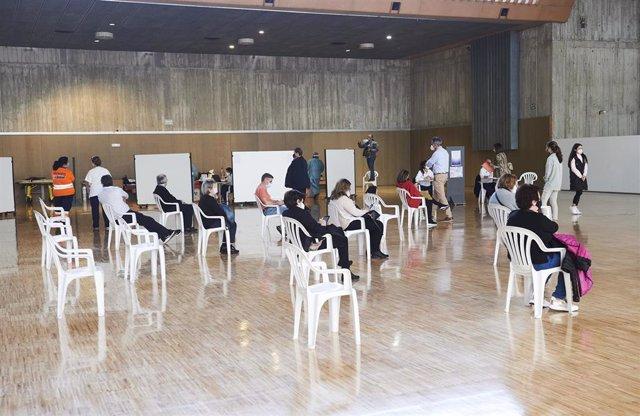 Archivo - Varias personas, en un dispositivo de vacunación masiva frente al Covid-19, en el Palacio de Exposiciones y Congresos de Santander,