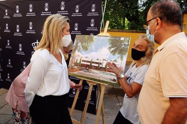 La alcaldesa de Alcalá de Guadaíra, Ana Isabel Jiménez, ha presentado a los vecinos el nuevo Centro de Igualdad de La Paz.
