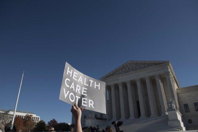 Archivo - Protesta ante el Tribunal Supremo de Estados Unidos en defensa del 'Obamacare'