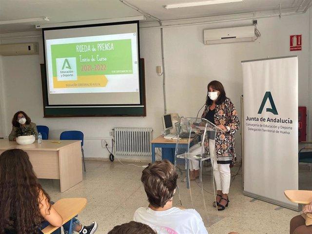 La delegada territorial de Educación y Deporte, Estela Villalba, en la inauguración del curso de Secundaria, Bachillerato y FP en el IES Fuentepiña de Huelva.