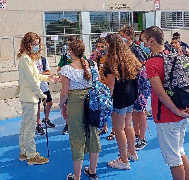 La delegada de Educación y Deporte de la Junta en Granada, Ana Berrocal, inaugura el curso escolar en el instituto Federico García Lorca de Churriana de la Vega (Granada).